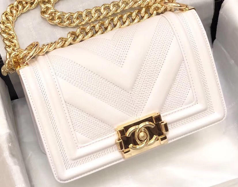 IMG 90822a 38 cr - Chanel Embossed Chevron Boy Flap Bag 2019
