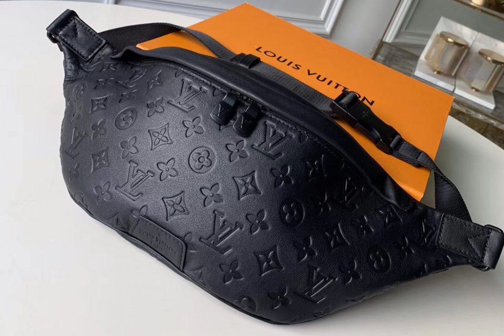 IMG 91128a 154 cr 1024x683 - Louis Vuitton Discovery Bumbag